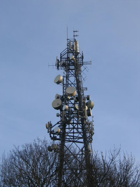 England-Campion-Hills-communications-mast-with-microwave-antennae-Aviat-Networks-blog-30July13